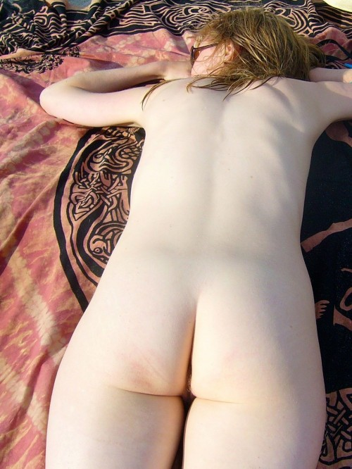 une nudiste exhibe ses fesses blanches