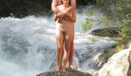 exhibe d'un couple de nudistes