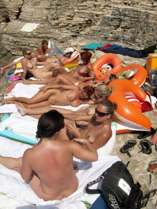 Un groupe de nudistes